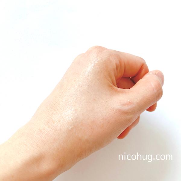 うまれはだ美白美容液を塗った手